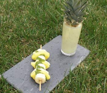 Smoothie à la noix de coco, à l'ananas, à la pomme verte et à la banane et sa brochette de fruits par Ludovic